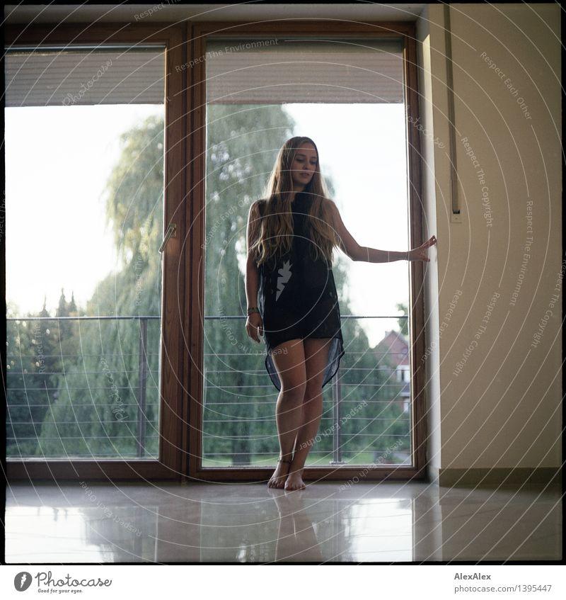 Re: alles gut Junge Frau Jugendliche Körper Beine 18-30 Jahre Erwachsene Landschaft Schönes Wetter Baum Garten Balkon Fenster Kleid Barfuß blond langhaarig
