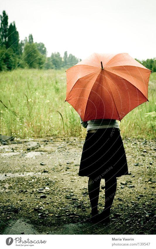 BLN 08 | Ein Hauch von Einsamkeit Regenschirm Unwetter Wolken schlechtes Wetter vergessen verloren Trauer Verzweiflung geduldig stehen Ausdauer Schwäche