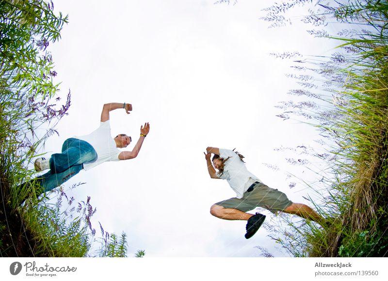 BLN 08 | Absprung Feld springen Froschperspektive hüpfen Gras Kollision Spielen fangen Sprungkraft Laune Schilfrohr Mann Freizeit & Hobby Freude Graben