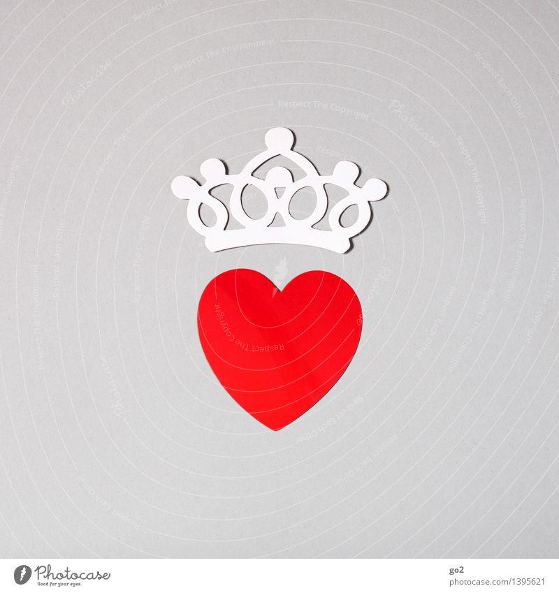 Ein Herz und eine Krone Basteln Valentinstag Papier Zeichen ästhetisch einfach Klischee grau rot weiß Liebe Verliebtheit Romantik Farbfoto Innenaufnahme