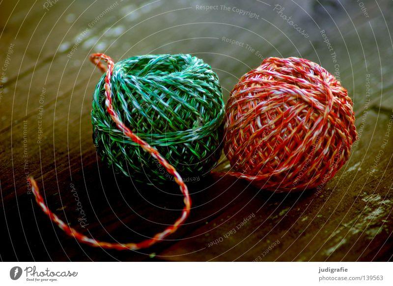 Grün | Rot grün rot Schnur Wolle Knäuel Leitfaden Tisch Holz Holzbrett Handwerk Material Textilien Haushalt 2 Freundschaft Farbe liegen Strukturen & Formen