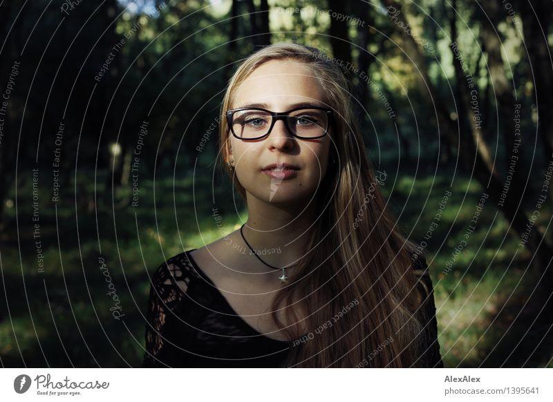 Exkursion Ausflug Abenteuer Junge Frau Jugendliche Gesicht 18-30 Jahre Erwachsene Natur Pflanze Schönes Wetter Baum Wald Kleid Brille blond langhaarig Blick