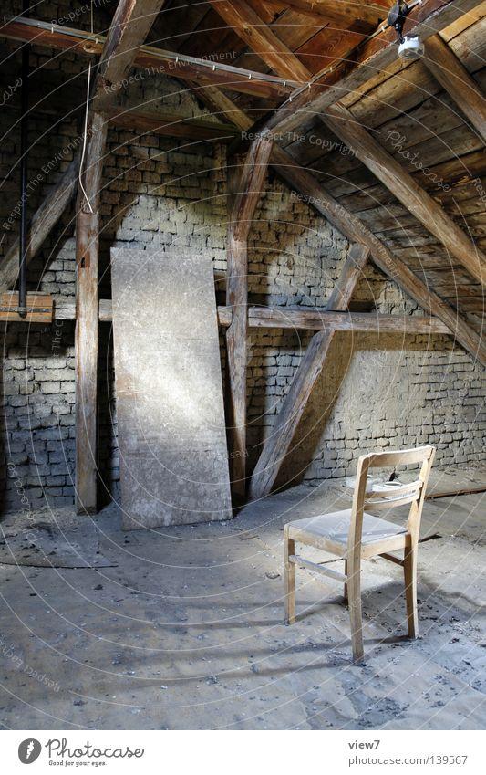 Aufhänger Möbel Dachboden Holz Backstein Staub vergessen ruhig ohnmächtig aufhängen Richter dreckig trist Licht Lichteinfall Mauer Fachwerkfassade Seil Regen