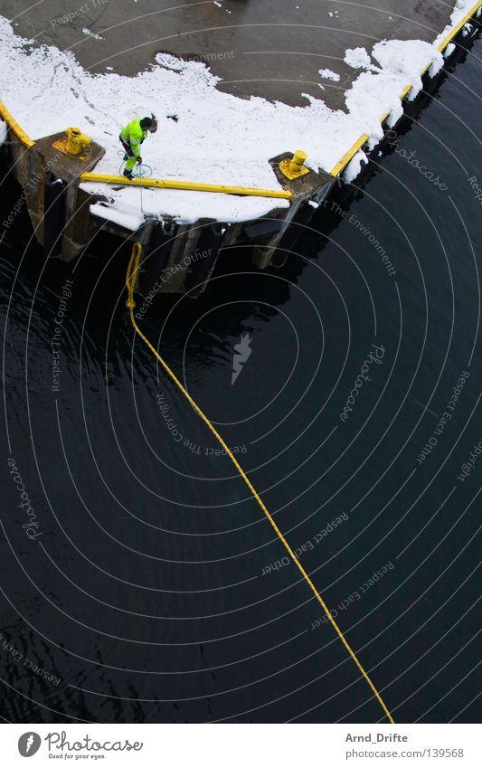 Leinen los Norwegen ankern Arbeiter Vogelperspektive Fähre Hafenarbeiter Anlegestelle kalt Kreuzfahrt Kreuzfahrtschiff Meer Mole Polarmeer Poller Wasserfahrzeug