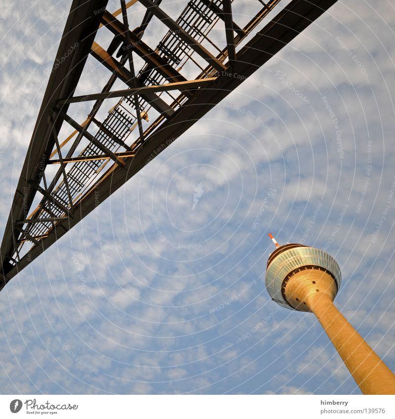 ISS Düsseldorf Rheinturm Stadt Lifestyle Funkturm Gebäude Wolken Himmel Beton Silhouette Fassade Ausgabe Investor Nacht Kran Bauwerk Hochhaus Nachtleben modern