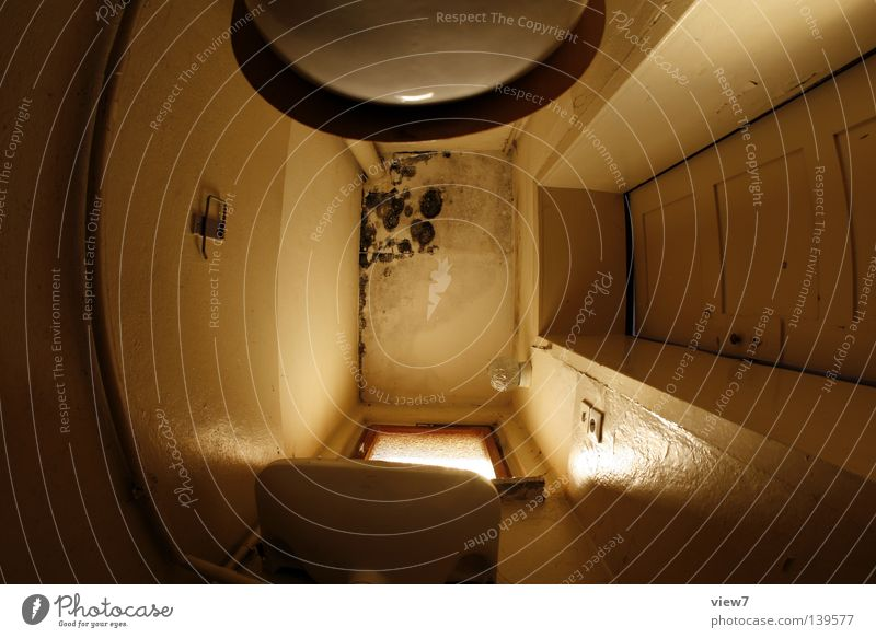 Toilettendecke alt Ferien & Urlaub & Reisen Einsamkeit Wand Fenster Holz Raum planen klein Tür groß Perspektive Bad stehen Bodenbelag Sauberkeit