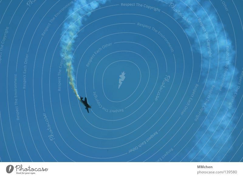 Loooooop Himmel blau Freude Spielen Freiheit Luft frei Geschwindigkeit Flugzeug Luftverkehr Kreis Show rund streichen Konzentration Rauch