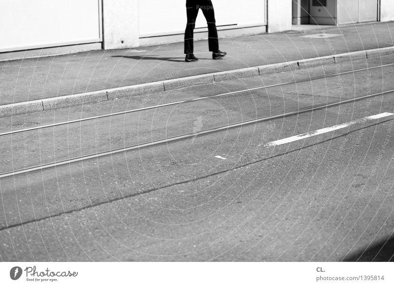 geh doch Mensch maskulin Mann Erwachsene Leben Beine 1 Verkehr Verkehrswege Straßenverkehr Fußgänger Wege & Pfade Schienenverkehr Straßenbahn Bewegung gehen