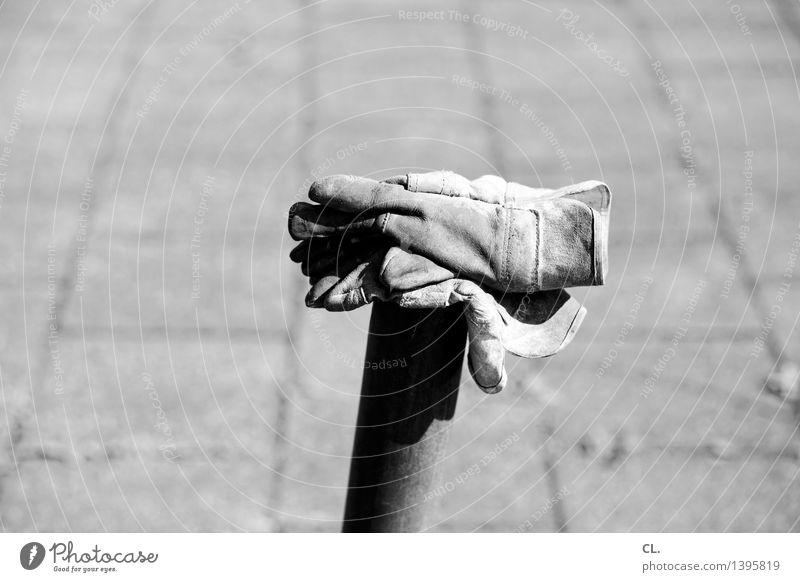 feierabend Arbeit & Erwerbstätigkeit Handwerker Baustelle Arbeitslosigkeit Ruhestand Feierabend Handschuhe Pause Schutz Sicherheit Schwarzweißfoto Außenaufnahme