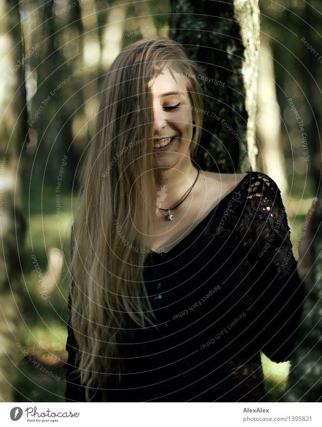 es ist lustig im wald Ausflug Abenteuer wandern Junge Frau Jugendliche Haare & Frisuren Gesicht Grübchen 18-30 Jahre Erwachsene Natur Schönes Wetter Baum Wald