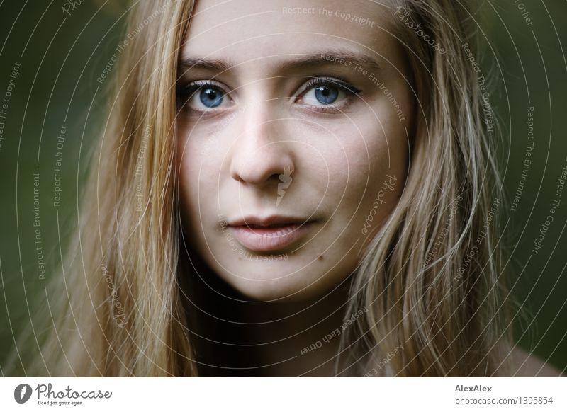 Portrait Jugendliche blau grün schön Junge Frau 18-30 Jahre Gesicht Erwachsene Auge feminin Gesundheit Glück außergewöhnlich Zufriedenheit blond authentisch