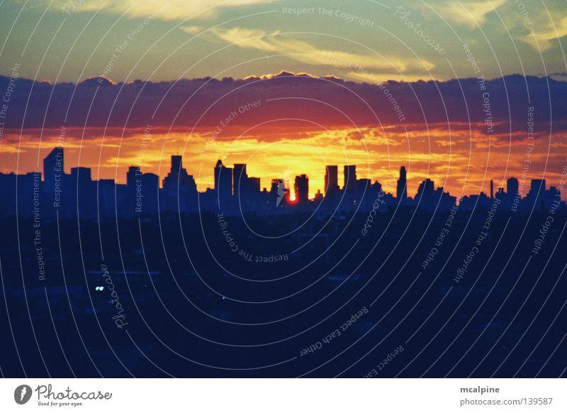Sonnenuntergang über Manhattan Himmel blau weiß Stadt rot Sommer Wolken schwarz ruhig dunkel Gefühle Freiheit Wärme orange Hochhaus Turm