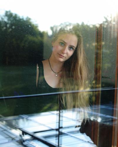 Architekturfotografie geht irgendwie anders Jugendliche schön Junge Frau Baum Haus 18-30 Jahre Fenster Gesicht Erwachsene Umwelt feminin Holz Garten
