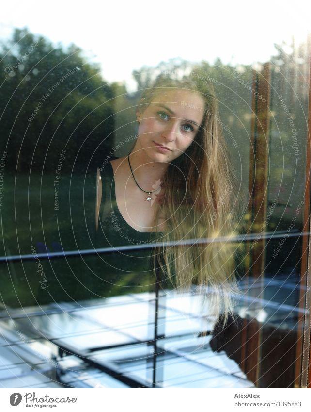 Architekturfotografie geht irgendwie anders Wohnung Haus Garten Fenster Junge Frau Jugendliche Haare & Frisuren Gesicht 18-30 Jahre Erwachsene Umwelt