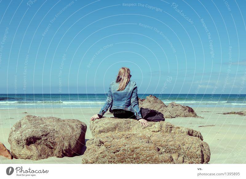Life is a beach Mensch Natur Ferien & Urlaub & Reisen Jugendliche Sommer Junge Frau Sonne Erholung Meer Landschaft ruhig Ferne Strand Erwachsene feminin Küste