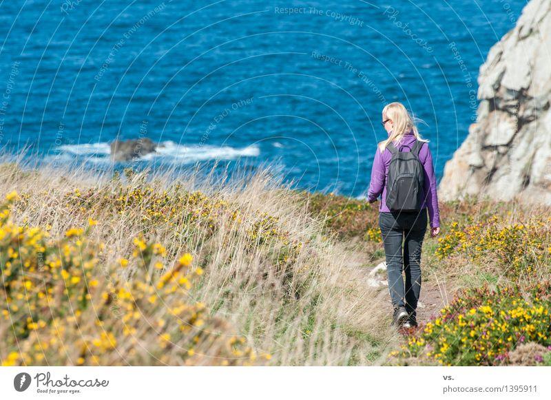Bretonin in spe Frau Ferien & Urlaub & Reisen Sommer Wasser Erholung Meer Einsamkeit Landschaft ruhig Erwachsene Gras natürlich feminin Küste Freiheit Felsen