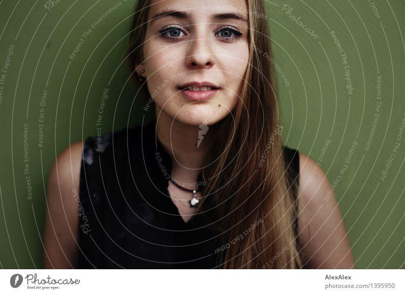 direkt schön Junge Frau Jugendliche Gesicht Auge 18-30 Jahre Erwachsene T-Shirt Schmuck blond langhaarig beobachten Kommunizieren ästhetisch authentisch