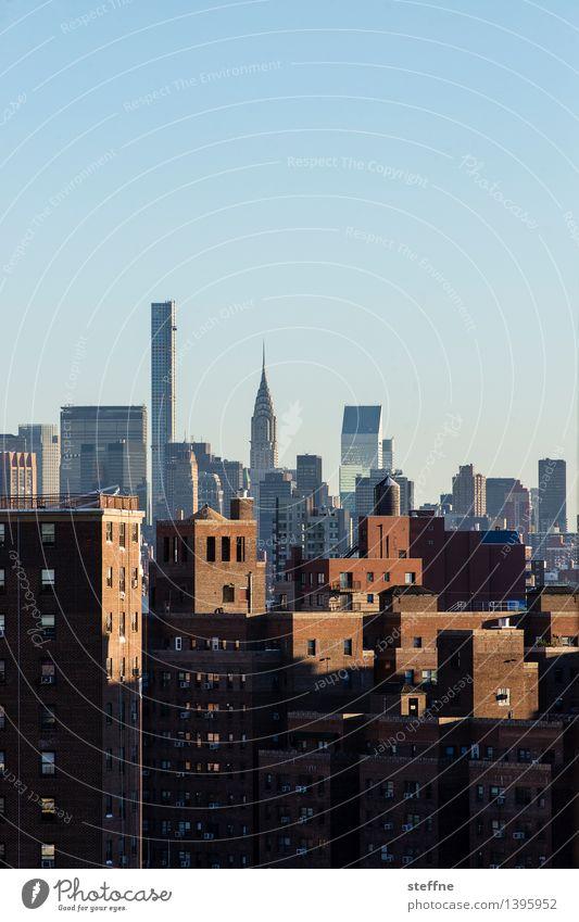 hoch Wolkenloser Himmel Sonnenlicht Herbst Schönes Wetter New York City Manhattan USA Stadt Stadtzentrum Skyline überbevölkert Haus Hochhaus Mauer Wand Fassade