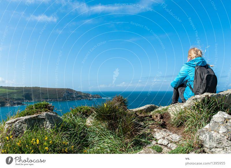 Baywatch Mensch Ferien & Urlaub & Reisen Jugendliche Junge Frau Erholung Meer Einsamkeit Landschaft ruhig Ferne Strand Erwachsene Berge u. Gebirge feminin Küste