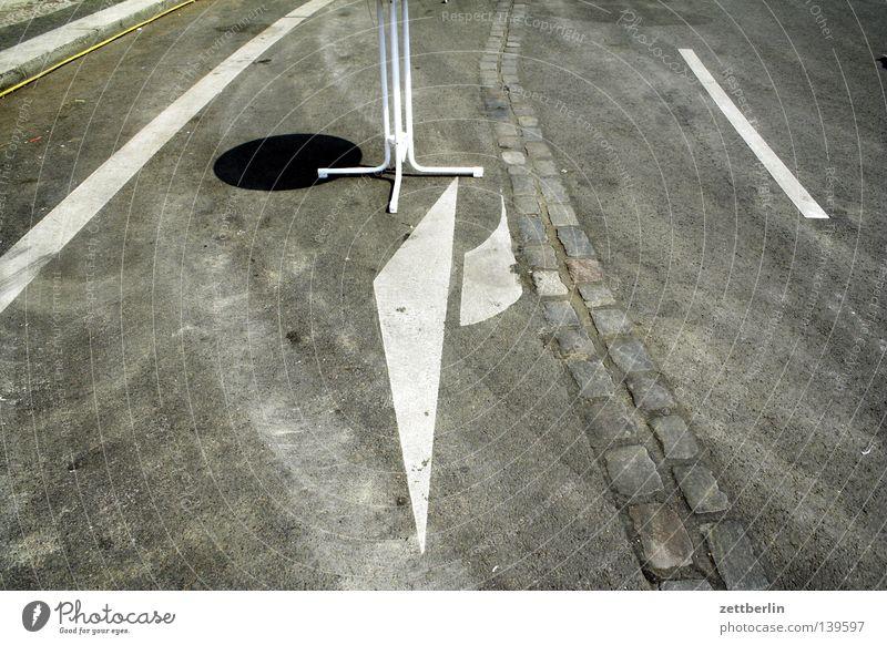 Mauerband Berliner Mauer Asphalt Fahrbahn Fahrbahnmarkierung abbiegen brechen Tisch Imbiss Verkehrswege Schilder & Markierungen Straße asfalt Pfeil abbieger