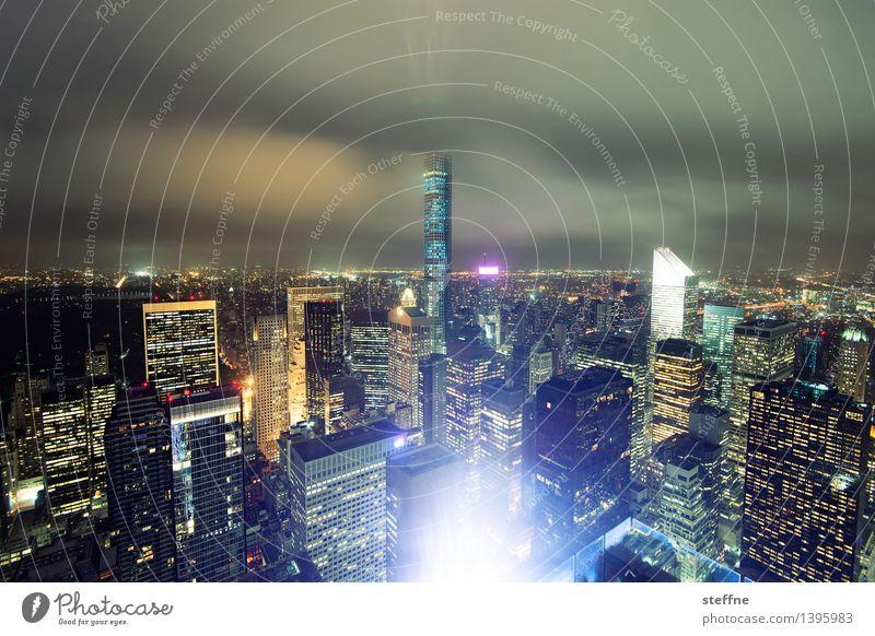The City Never Sleeps Wolken Nachthimmel Manhattan New York City USA Skyline überbevölkert Hochhaus Stadt gigantisch Upper East Side Distrikt Farbfoto