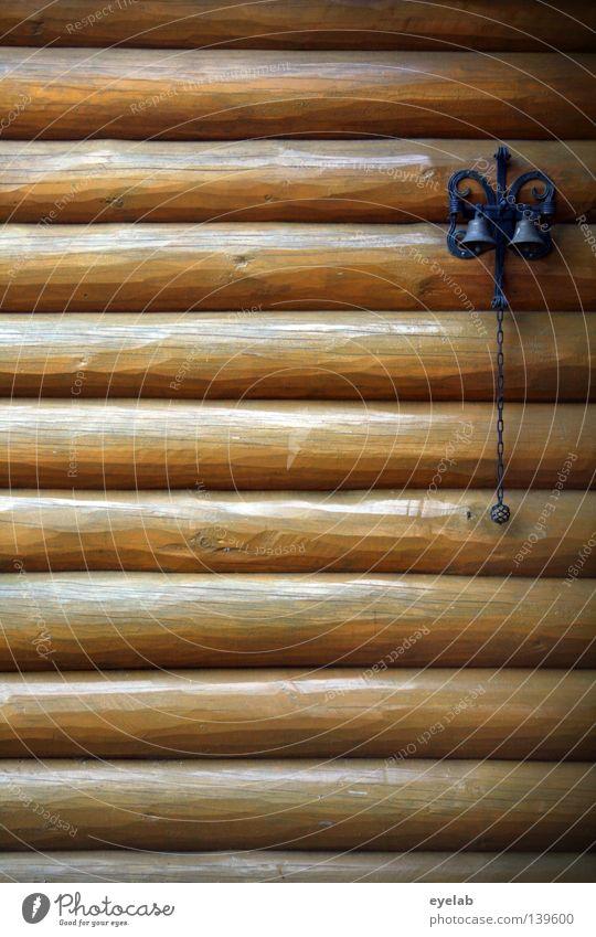Rustikales Gebimmsel Haus Gebäude Holz Holzhaus Unterkunft lackiert Sommer gemütlich Freizeit & Hobby Glocke Klingel rustikal Eisen Blech schwarz Detailaufnahme