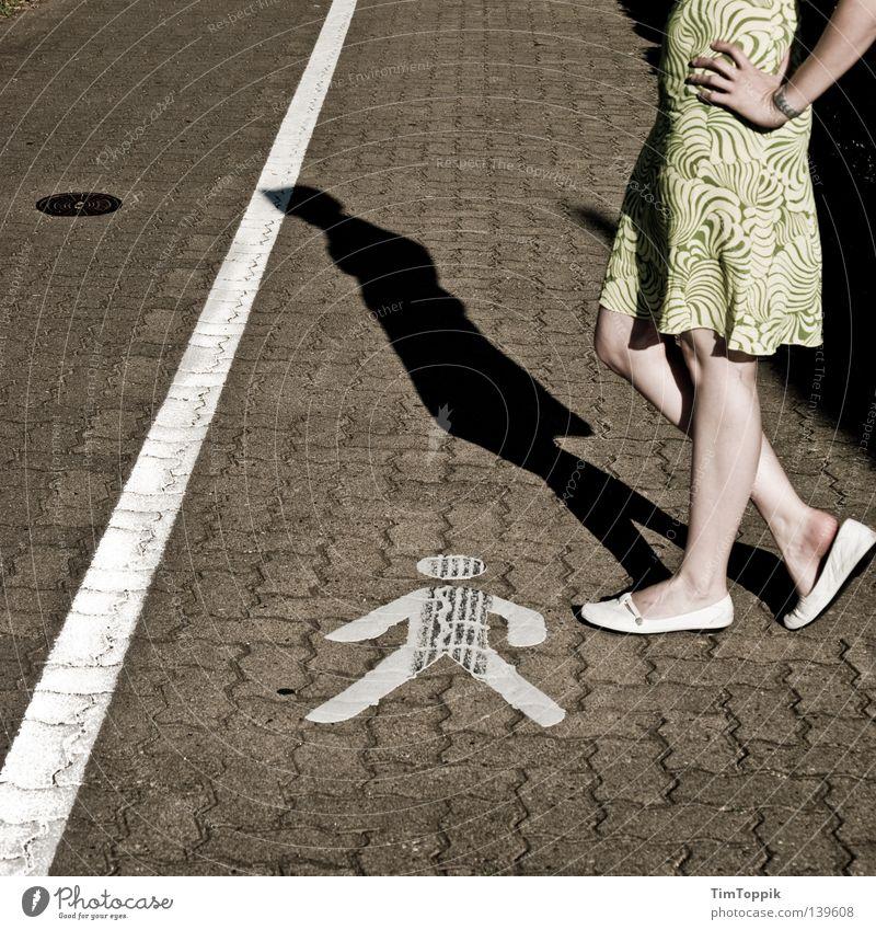 Frauen an die Macht Fußgänger Schuhe Kleid Sommerkleid Bürgersteig Symbole & Metaphern Kopfball stehen Knie Hand Schatten Straßenverkehrsordnung