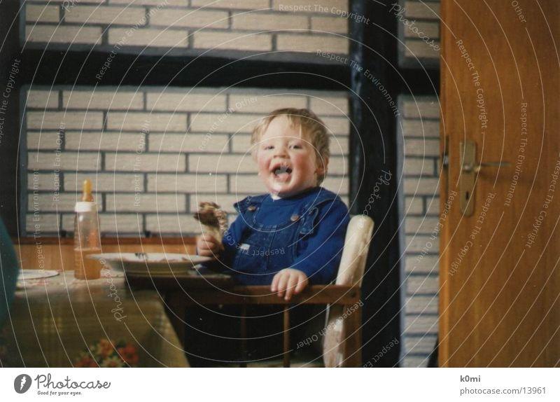Kind beim Essen :) Mensch Ernährung Keule Babyfläschchen