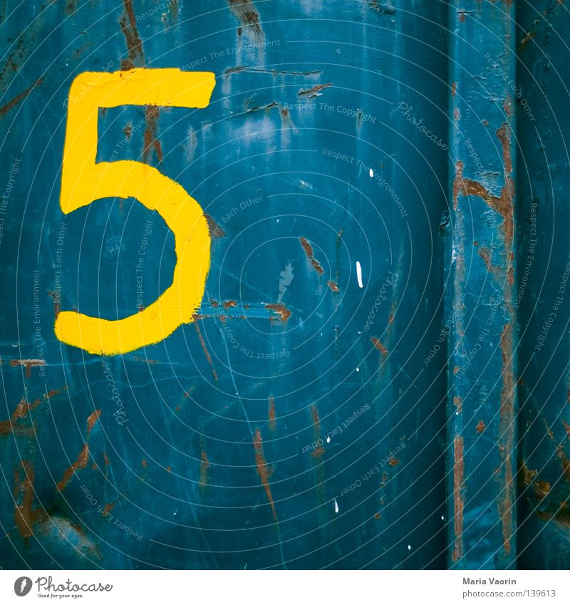 BLN 08   Give me five alt Metall Schriftzeichen Ziffern & Zahlen 5 Rost schäbig Oberfläche Container Blech Symbole & Metaphern Anschnitt grell Bildausschnitt