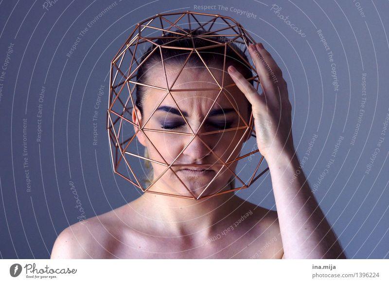 in seinen Gedanken gefangen feminin Junge Frau Jugendliche Erwachsene Leben Gesicht 1 Mensch 18-30 Jahre Denken blau gold Gefühle Traurigkeit Sorge Trauer