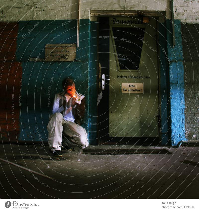 BLN 08 | SPITZENBELASTUNGSPAUSE Mann Jugendliche blau rot Einsamkeit Erholung dunkel Wand grau Bewegung Mauer Büro Tür Beleuchtung Arbeit & Erwerbstätigkeit Zeit