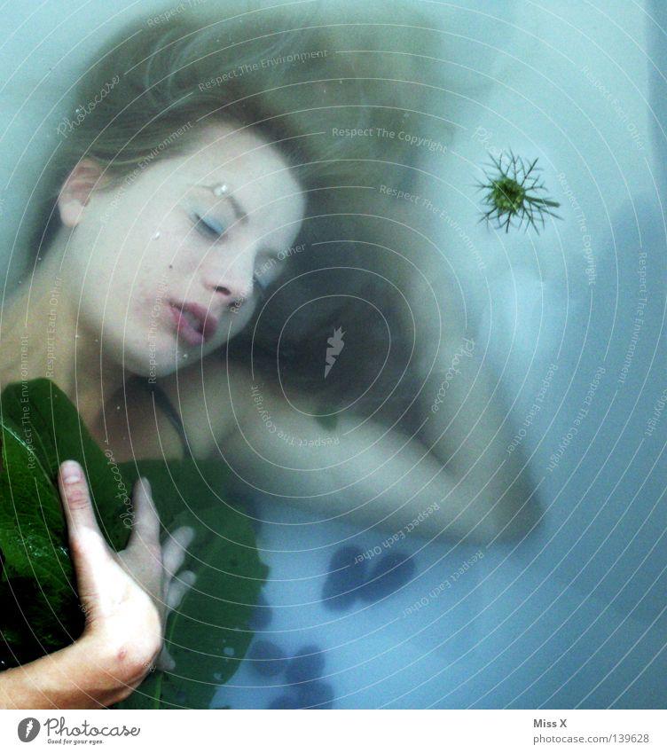 NIXXXcesXXXE Farbfoto Unterwasseraufnahme Haare & Frisuren Gesicht Erholung Schwimmen & Baden Badewanne tauchen Frau Erwachsene Wasser Blatt Bikini blond Stein