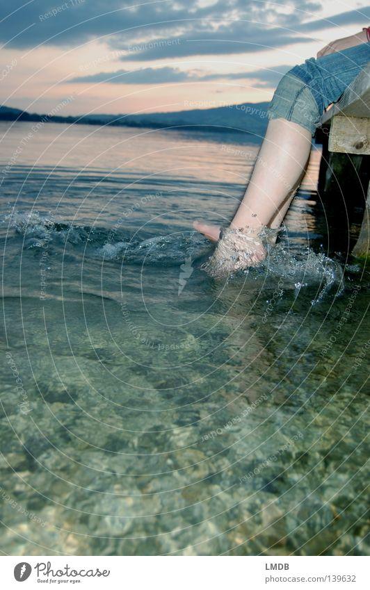 Melancholie am See Wellen Spielen Steg kalt Erfrischung Wolken Sonnenuntergang Wellenschlag Sorge Denken Trauer baumeln Erholung ruhig grün braun rot Horizont