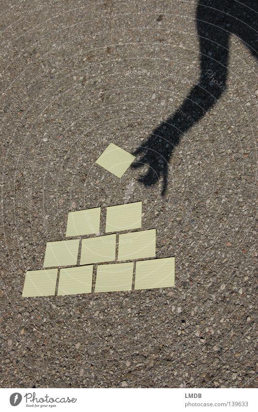 Wissen aufbauen gelb Teer Asphalt Hand Horizont auftürmen Bildung Scharfsinn Erfinden Karteikarten schreiben Schatten Farbe Arme festhalten stapeln Pyramide