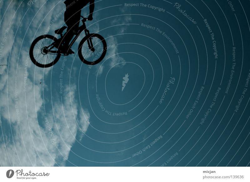 Kopfloser E.T. Fahrrad springen Trick Stunt Show Wolken Mann Motorradfahrer Mountainbike gewagt Risiko Luft stehen gefährlich türkis Sommer Vogel Superman