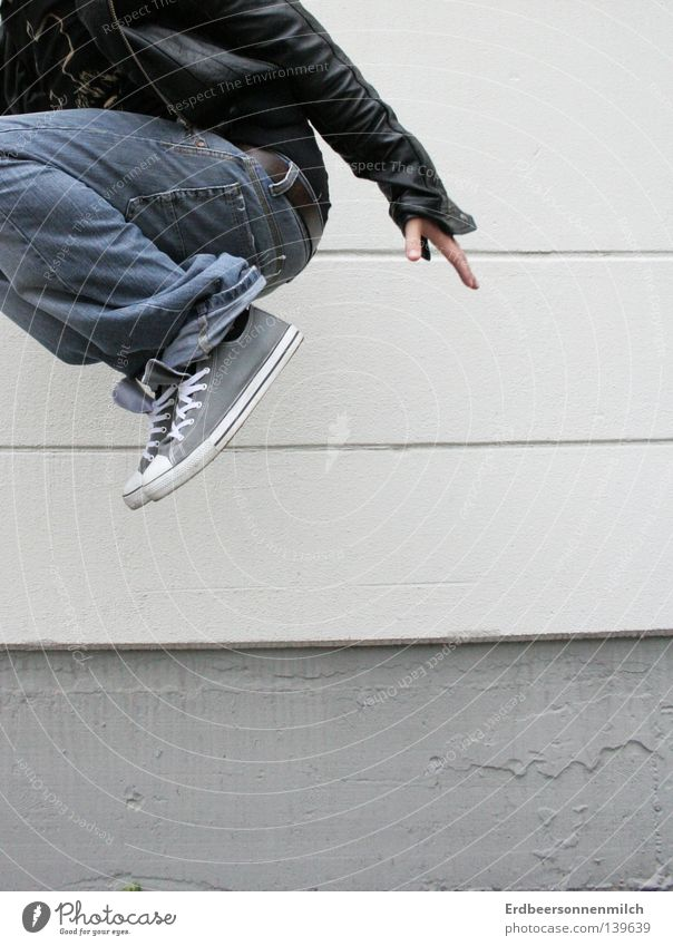 wohin des weges? springen grau Chucks Wand Mann Lederjacke Verzweiflung Freude Medien Typ Industriefotografie Happy Glück Leben Jeanshose Angst Anschnitt