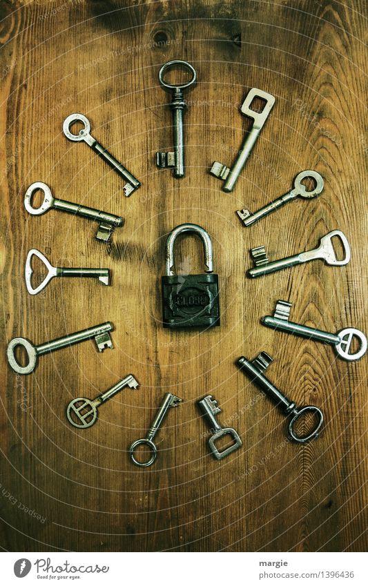 Keiner passt! Unterschiedliche Schlüssel angeordnet um ein Vorhänge - Schloss Wohnung Schlüsseldienst Schlüsselgröße Schlüsselloch Technik & Technologie braun