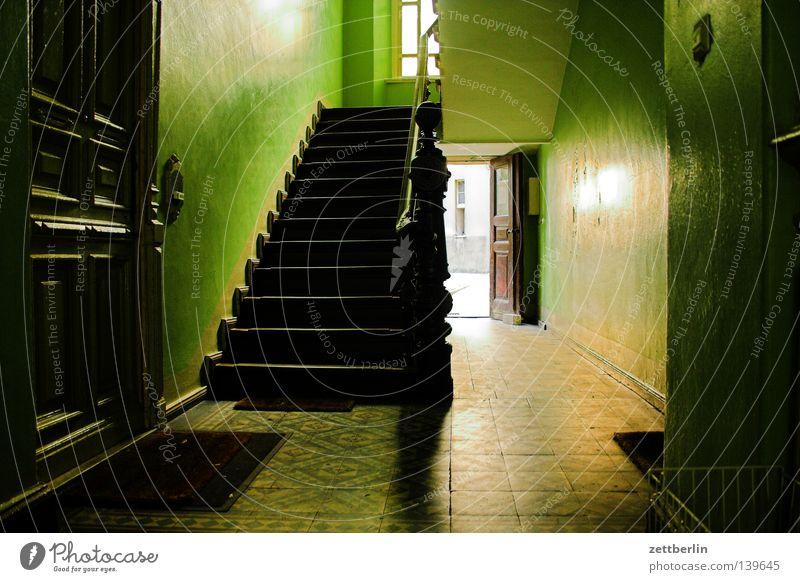 Nach Hause kommen Berlin Wohnung Tür Treppe Häusliches Leben Bauernhof Etage Treppengeländer Treppenhaus Hinterhof Mieter Durchgang Stadthaus Treppenabsatz