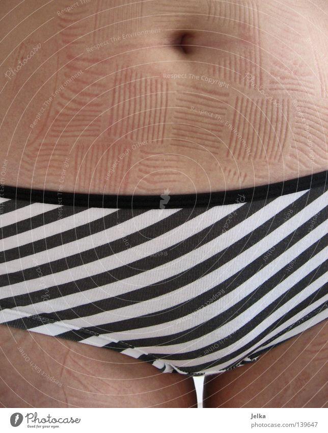 streifenhörnchen Haut Frau Erwachsene Bauch Beine Hose Unterwäsche Streifen nackt schwarz weiß gestreift Wärmflasche Unterhose Bauchnabel Oberschenkel quer