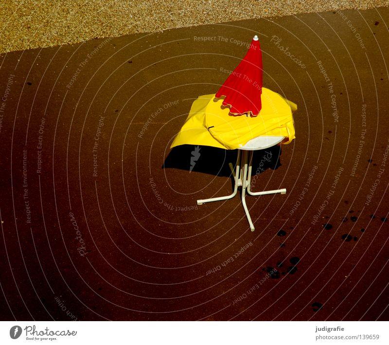 Feierabend rot Einsamkeit Farbe gelb Straße Wind warten Tisch leer stehen Asphalt Gastronomie Sturm Leidenschaft Sonnenschirm obskur
