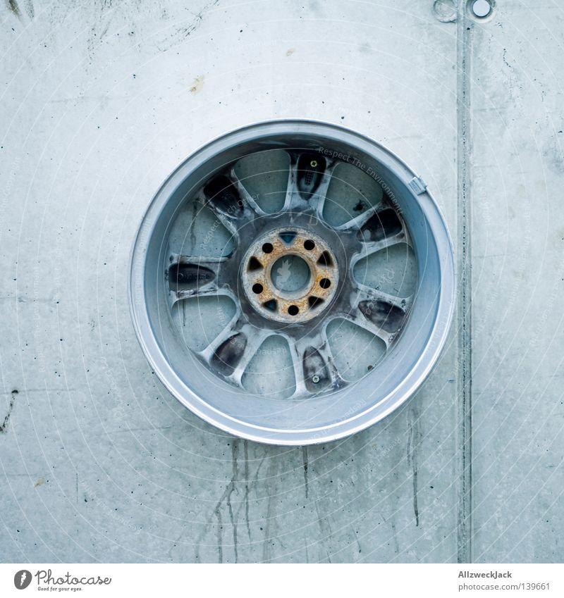 BLN 08 | Mantafahrermahnmal Wand grau Mauer Beton rund Mitte Aluminium kreisrund Halterung Tuning Betonwand Objektfotografie Felge Vor hellem Hintergrund