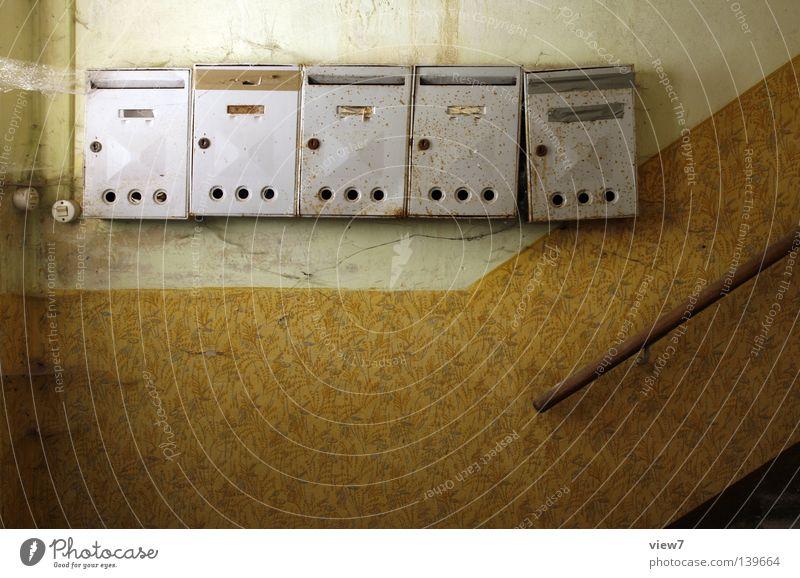 Post Briefkasten Flur Wand Postbote Aluminium Stahl vergessen Einsamkeit leer anonym kopflos retro Zahn der Zeit Verlauf anmelden Briefumschlag Briefmarke