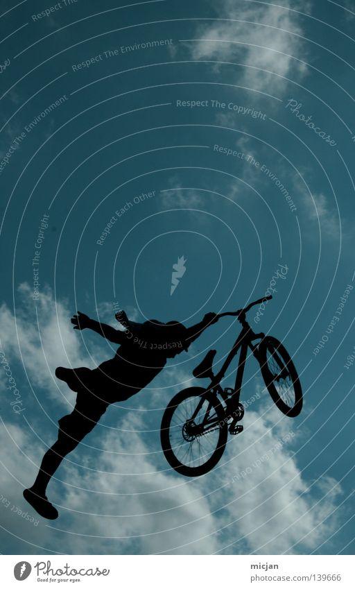 Superman Fahrrad springen Trick Stunt Show Wolken Mann Motorradfahrer Mountainbike gewagt Risiko Luft stehen gefährlich türkis Sommer Vogel schwarz Verlauf üben