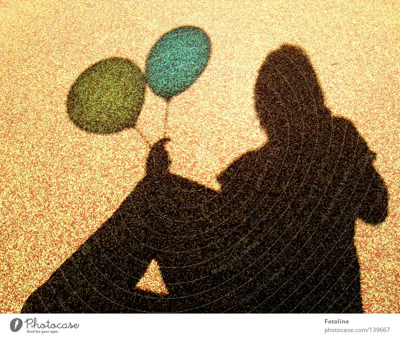 Schattenspiel - oder der Schatten einer jungen Frau hält 2 Luftballons gelb Wolken Horizont Hand braun blau fliegen 99 luftballons nena Bodenbelag Erde Sommer