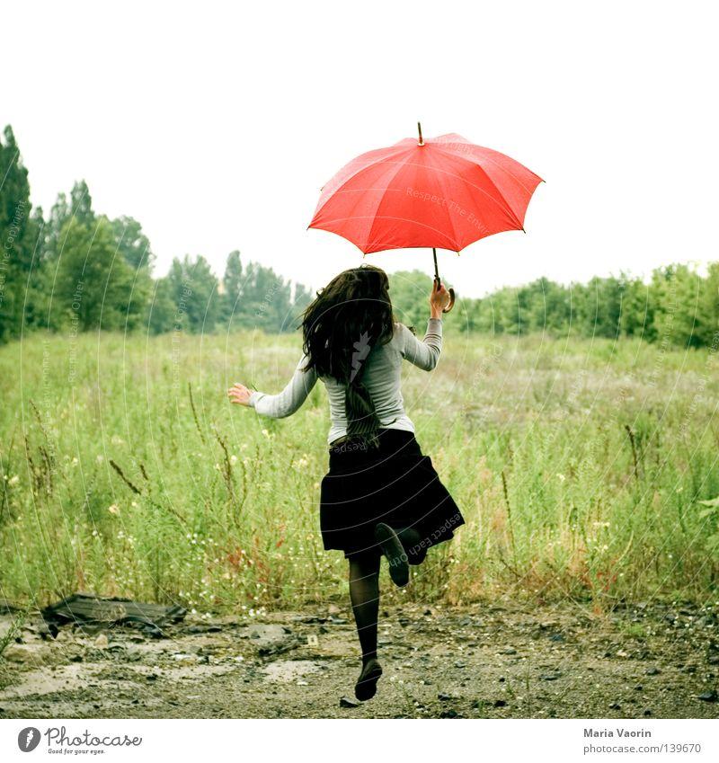 BLN 08 | Landung Frau Freude Wolken Leben Freiheit Gefühle Bewegung Glück springen Regen Wetter warten fliegen hoch frei Luftverkehr