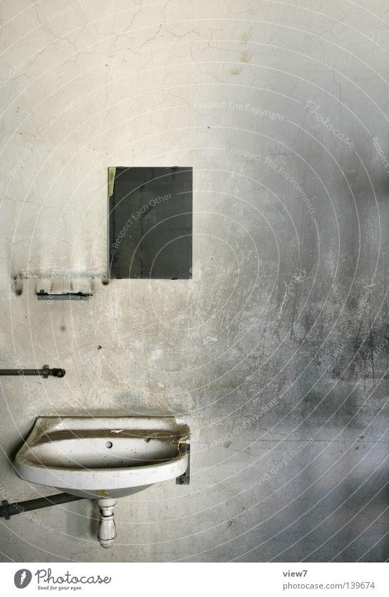 schmutzig. Wasser Wand Traurigkeit dreckig Bad Sauberkeit verfallen Putz Becken Waschbecken Wasserhahn Anschluss Handwaschbecken