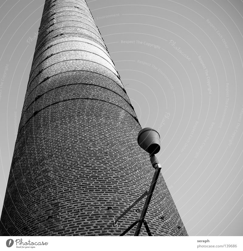 Industrial Froschperspektive rund Schatten Industrie Abluft Umwelt Umweltverschmutzung Abgas Kamin Schattenspiel abgelegen stilllegen historisch schwarz weiß