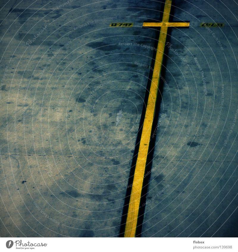 mittendrin statt nur dabei Farbe gelb Straße Bewegung Park Linie dreckig Schilder & Markierungen Flugzeug Verkehr Boden Streifen Hinweisschild Hautfalten stoppen festhalten