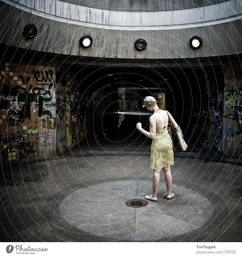 Breakdance für Anfänger Frau Stadt Bewegung Graffiti stehen Körperhaltung Kleid stoppen verfallen Tunnel Mütze Strahlung frieren Surrealismus Medien UFO