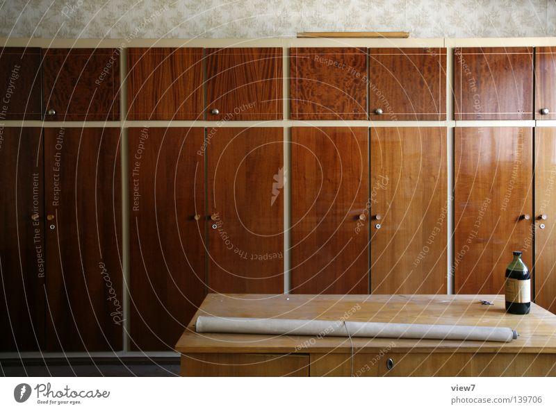 Einbauschrankwand alt Einsamkeit Büro Holz dreckig Tür Tisch Platz Tapete Flüssigkeit Möbel Flasche Wohnzimmer DDR schäbig Verschiedenheit
